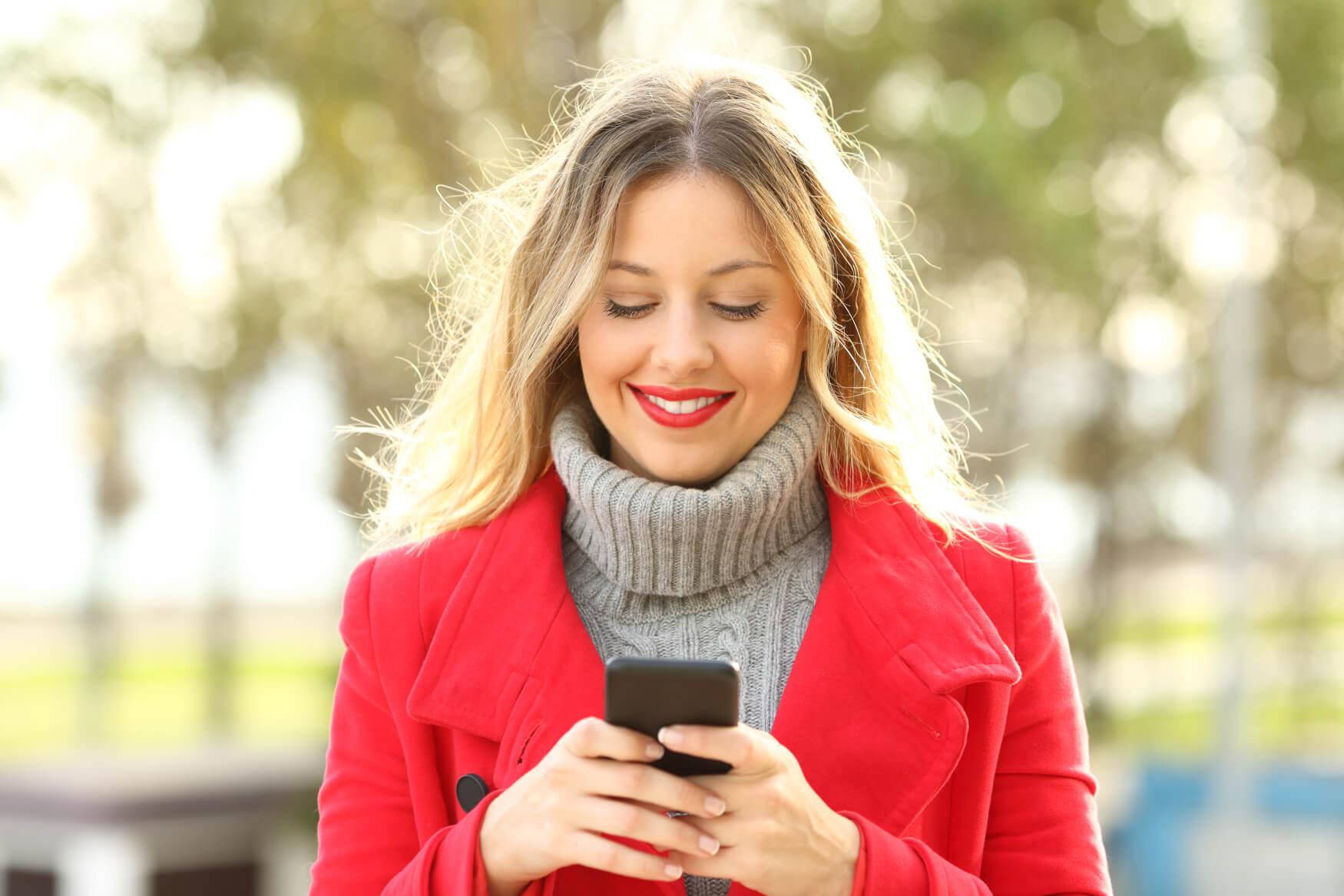 Frau-online-beim-Einkaufen-rote-Jacke-1